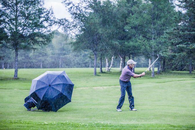 【ゴルフ】梅雨の季節でもスコアを落とさずラウンドを楽しむコツ