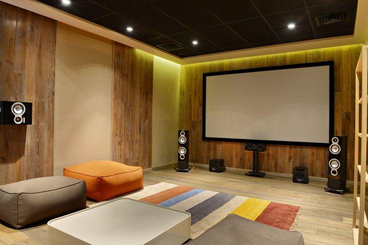 映画やスポーツ観戦が好きなら、別荘に自分仕様のホームシアターを