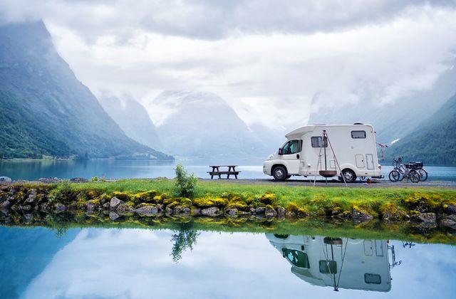 【キャンプ】リゾートを拠点にアウトドアを満喫できるプレミアムなキャンピングカー