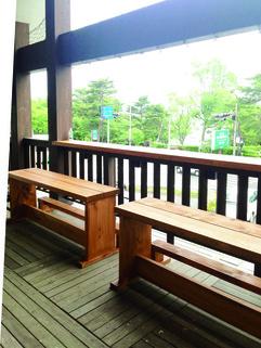 オーナーズサロンデッキにカフェ風ベンチを新設しました。