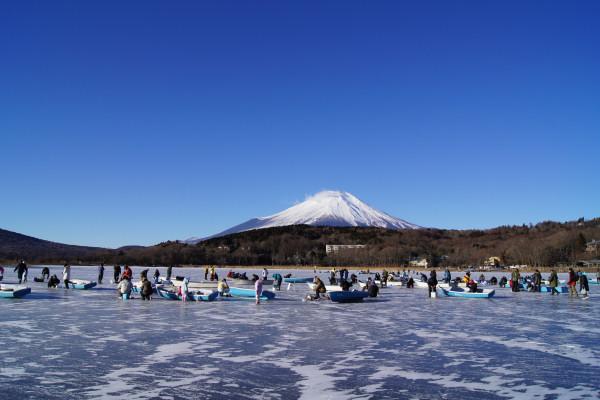 山中湖の氷上立ち入り解禁!!わかさぎの穴釣りも~
