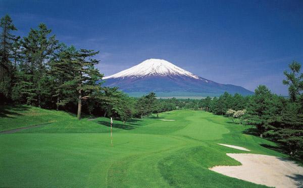 富士の麓で爽快プレーをお楽しみください。